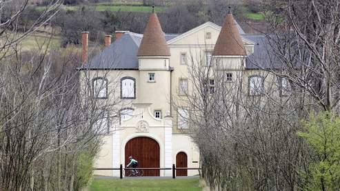 À l'entrée du village, la demeure de Valéry Giscard d'Estaing compte 1200 mètres carrés sur une propriété de 13 hectares, traversée par un petit cours d'eau.