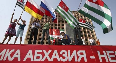 Des indépendantistes Abkhazes, Ossètes du Sud et Russes à Soukhoumi, le 26 août dernier, après la reconnaissance de l'Abkhazie par la Russie.