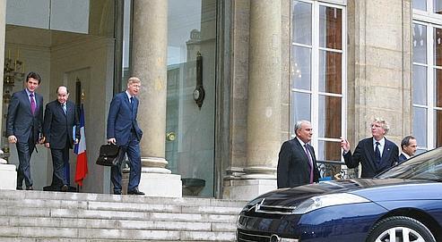 Quelques-uns des dirigeants des principales banques et compagnies d'assurance françaises, mardi à leur sortie de l'Élysée. Nicolas Sarkozy a évoqué l'idée d'un recours au livret A pour fluidifier le marché interbancaire et faciliter le crédit aux PME (photo Sébastien Soriano / Le Figaro).