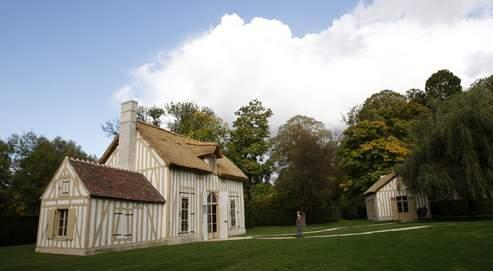 Les toits de chaume du hameau ont sciemment été refaits de façon irrégulière, comme c'était le cas à l'époque.