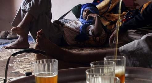 Un Touareg sert le thé. Par forte chaleur, boire une boisson chaude entraîne une sudation qui rafraîchit le corps.