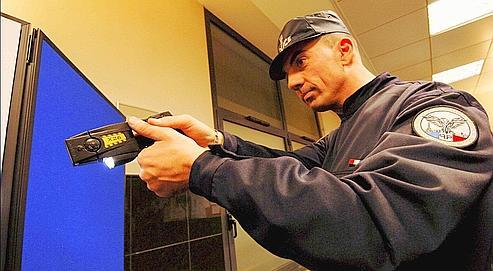 Arme de quatrième catégorie, comme un vrai pistolet, le nouveau modèle du Taser est équipé, à la demande du ministère de l'Intérieur, d'une caméra vidéo pour filmer et enregistrer les tirs.