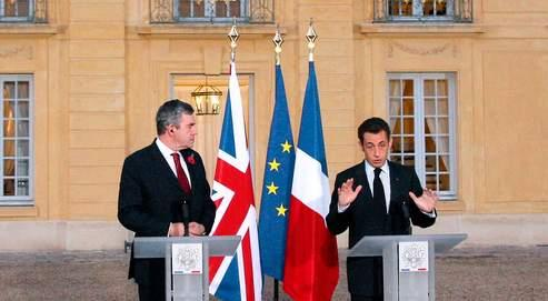 Gordon Brown et Nicolas Sarkozy, mardi à Versailles, ont assuré qu'ils travaillaient «main dans la main» pour que l'Europeait une position commune.