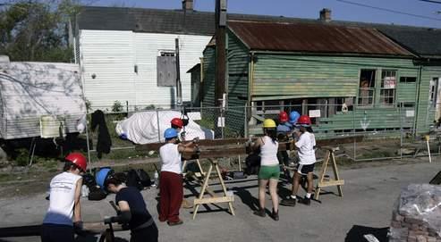 Des volontaires aident à reconstruire le quartier populaire du Lower 9th Ward, le 21 mars dernier à La Nouvelle-Orléans.