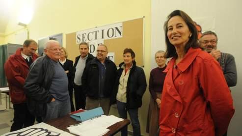 La présidente socialiste de la région Poitou-Charentes, SégolèneRoyal, parle avec des militants après avoir voté le 6 novembre à Melle, dans le scrutin sur les six motions en lice pour le congrès du Parti socialiste à Reims (Le Figaro).