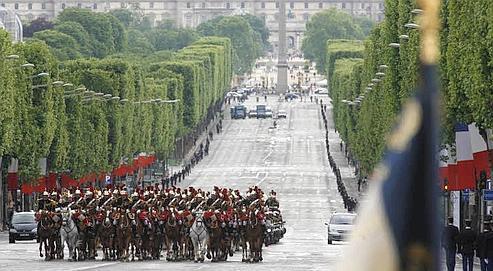 Le défilé pour commémorer le 8 Mai 1945. (François Bouchon / le Figaro)