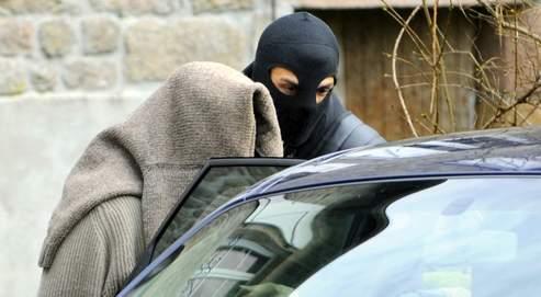La police a appréhendé des membres du réseau, à Tarnac, en Corrèze, où ils vivaient retranchés dans une ferme isolée.