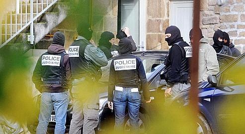 Des policiers mardi à Tarnac, où les saboteurs présumés ont été arrêtés. (AFP/Thierry ZOCCOLAN)