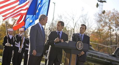 George W. Bush, Nicolas Sarkozy et Jose Manuel Barroso, en octobre à Camp David (États-Unis).
