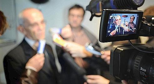 Le procureur de la République de Grenoble s'adresse aux journalistes, le 13 novembre 2008 à Saint-Egrève. (AFP/MERLE)