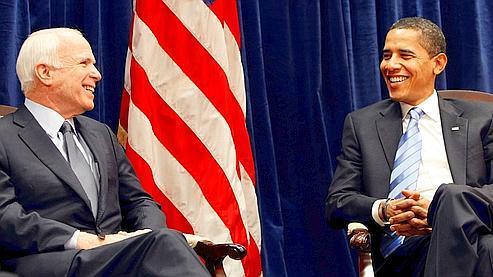John McCain et Barack Obama, lundi, au quartier général de transition du président élu, à Chicago. (AP)