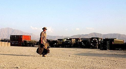 Un soldat retournant à la base militaire allemande de Kaboul.