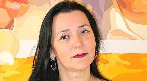 Valérie Duponchelle, prix 2008 de la Fondation de Moffarts, devant un tableau de Christina Holdgaard.