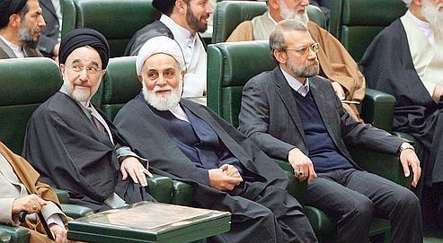 Face aux promesses de dialogue lancées par Obama, plusieurs écoles de pensée s'affrontent à Téhéran (de gauche à droite, l'ancien président Mohammad Khatami, l'ancien chef du Parlement Ali Akbar Nategh-Nouri et son successeur, Ali Larijani, le 2 décembre au Parlement).