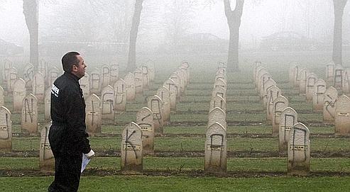 Pour la troisième fois en deux ans, des tombes du carré musulman du cimetière militaire Notre-Dame-de-Lorette, près d'Arras, ont été souillées dans la nuit de dimanche à lundi par des tags à caractère raciste.
