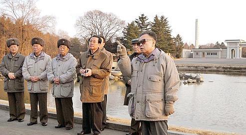 Le leader nord-coréen aurait visité le zoo de Pyongyang récemment. Un neurochirurgien français appelé en octobre au chevet de Kim Jong-il lève un coin du voile: «Les photos qui viennent d'être publiées me paraissent actuelles et authentiques. Il me semble qu'il est aux commandes du pays.»