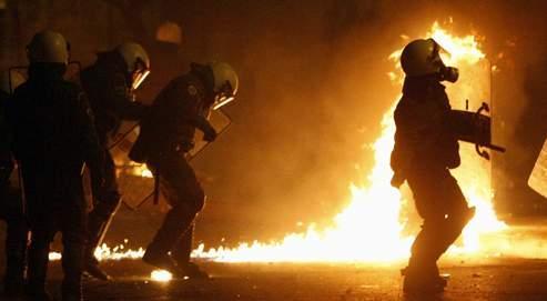 «On reçoit des cocktails Molotov, de la peinture, des pierres, des oranges, des yaourts», raconte Faidon, jeune policier anti-émeute. «Parfois, je crains le pire».