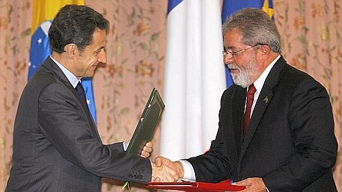Nicolas Sarkozy, président de la République français, serre la main de son homologue brésilien Luiz Inacio Lula da Silva.