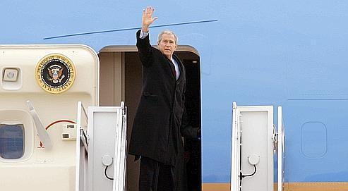 George Bush hier s'apprêtant à monter à bord d'Air Force One pour des vacances dans son ranch de Crawford au Texas. 76 % des Américains jugent le bilan du président « inacceptable ».
