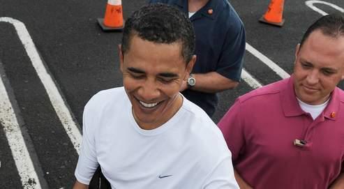 Barack Obama signe des autographes, vendredi à Hawaï,avant de s'envoler pour Chicago.AFP PHOTO / TIM SLOAN