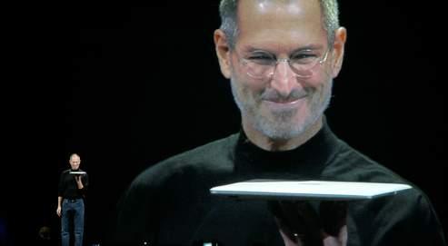 Steve Jobs présente le MacBook Air, l'ordinateur portable le plus fin du marché, en janvier 2008 à San Francisco. Selon le magazine Fortune, Apple est l'entreprise la plus profitable au monde pour ses actionnaires.