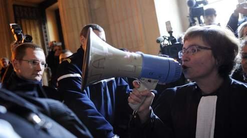 Des magistrats manifestent mardi au palais de Justice de Paris, pour protester contre la réforme de la justice qui selon eux «bafoue les principes fondamentaux qui font de la France une République».