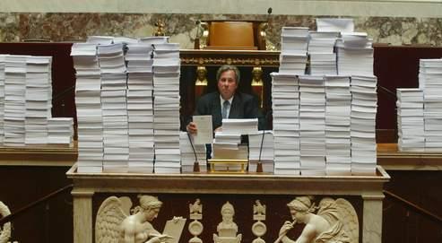 Le 5 septembre 2006, Jean-Louis Debré, alors président de l'Assemblée nationale, pose avec des piles de papier représentant tous les amendements socialistes au projet de loi de la privatisation de GDF.