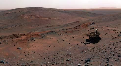 Vue de la planète Mars, montrant le robot américain Spirit.