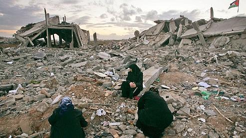 Depuis le début du retrait israélien, les habitants sortent de chez eux et découvrent l'ampleur du désastre, comme ici à Jebaliya.