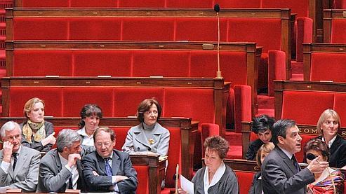 François Fillon s'exprime mercredi après-midi à l'Assemblée nationale, dans un hémicyle où les rangs de l'opposition socialiste sont restés vides. (Patrick Kovarik / AFP)