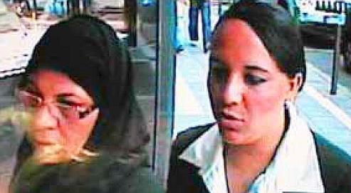 L'insaisissable femme au hidjab (à gauche) a été filmée avec une complice le 8 septembre dernier à Francfort.
