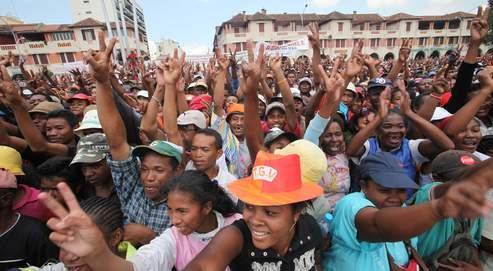Samedi, des milliers de partisans du maire d'Antananarivo, Andry Rajoelina, se sont rassemblés dans le centre de la capitale de l'île.