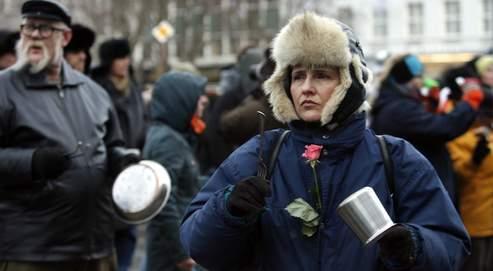 Après la chute du premier ministre, Geir Haarde, les Islandais ont poursuivi samedi à Reykjavik leurs manifestations bruyantes avec tambours, casseroles et bidons pour dénoncer la responsabilité des hommes politiques et des banques dans la banqueroute de leur pays.