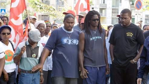 Des membres de la Confédération générale du travail de la Guadeloupe, à laquelle appartenait le syndicaliste Jacques Bino,tué mercredi, participent à une marche silencieuse en sa mémoire.