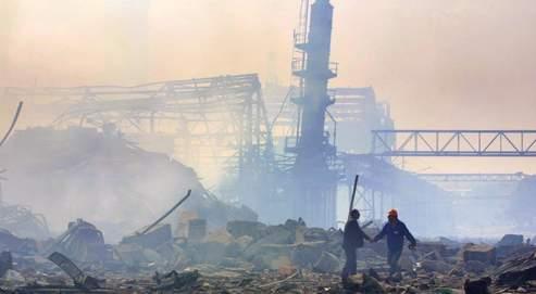L'usine AZF de Toulouse, peu de temps après l'explosion, le 21 septembre 2001. Le débat sur les causes réelles de la catastrophe s'est crispé année après année, malgré les efforts déployés par le juge Thierry Perriquet pour explorer de nombreuses pistes.