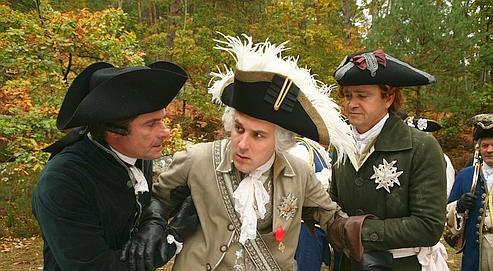 Dans ce docu-fiction réaliste, construit à la manière d'un thriller, Antoine Gouy (au centre) incarne Louis XVI.