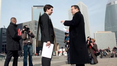 Yannick Miel, ici sur l'Esplanade de la Défense à Paris, a confié s'être inspiré pour son opération d'un New-Yorkais, ex-cadre supérieur, qui a fait l'homme sandwich en costume à l'automne dernier à Manhattan.