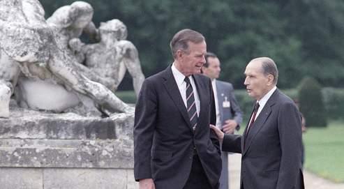 George Bush et François Mitterrand, le 14 juillet 1991 dans le parc du château de Rambouillet. L'ancien président socialiste mena dans le plus grand secret de vaines négociations avec les États-Unis pour réintégrer la France dans l'Otan. En 1966, il fit même partie de ceux qui déposèrent une motion de censure à l'Assemblée après la décision du général de Gaulle de quitter l'Alliance.