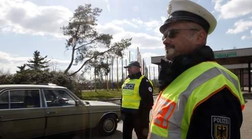 Contrôle de police à la frontière sur le pont de l'Europe, à Strasbourg, le 20 mars. Les autorités craignent des débordements comme ceux survenus en 2001, lors de la réunion du G8 à Gênes.