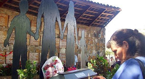 Une femme se recueille devant le mémorial du massacre perpétré par les soldats gouvernementaux en 1981 à El Mozote au Salvador.