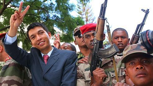L'armée, d'abord neutre, a décidé de rejoindre le camp de l'opposition mené par Andry Rajoelina. Crédits photo : AFP