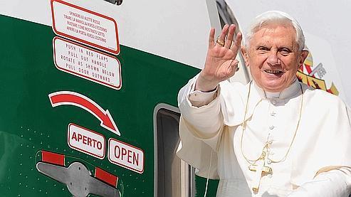Le pape Benoit XVI avant de monter dans l'avion qui le conduit au Cameroun.