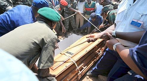 Le cercueil du président de Guinée-Bissau, le 10 mars, jour des funérailles. L'enquête officielle sur la mort de Joao Bernardo Vieira n'a pas commencé, mais l'ombre des narcotrafiquants plane sur ce règlement de comptes au sommet de l'État. (AFP/SEYLLOU)