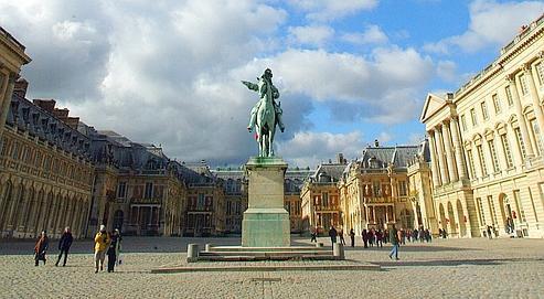 Le château de Versailles ainsi que des routes, des terrains, des bureaux, des hôpitaux appartiennent à la sphère publique.