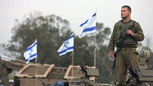 Un soldat israélien juché sur un char, le 19 janvier dernier à la frontière entre Israël et la bande de Gaza.