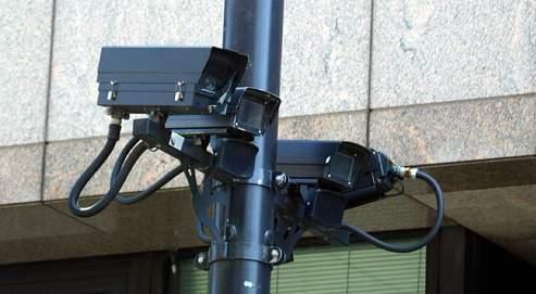 La ministre de l'Intérieur, Michèle Alliot-Marie, a promis de faire passer le nombre de caméras sur la voie publique de 20000à 60000 d'ici à la fin de l'année 2009.