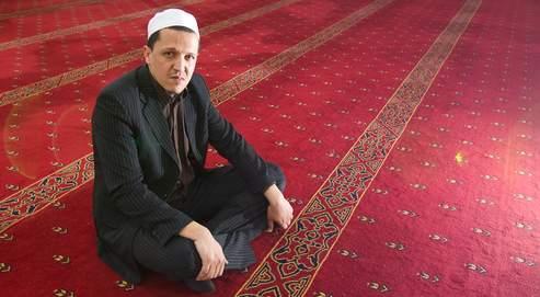 «Je ne porte pas la barbe, je serre les mains des femmes et mes enfants sont dans le privé catholique», souligne Hassen Chalghoumi, qui organise des rencontres entre juifs et musulmans.