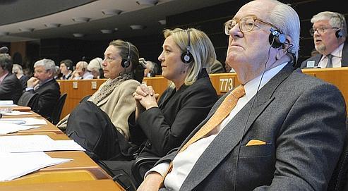 Jean-Marie Le Pen et sa fille Marine, le 19 février dernier au Parlement européen. Le leader du FN s'est déclaré victime d'un «racisme francophobe» initié par des parlementaires allemands.