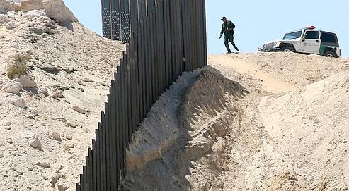 Patrouille de la police des frontières américaine en avril 2008le long du mur bâti entre les deux pays, un ouvrage dont les États-Unis poursuivent la construction.