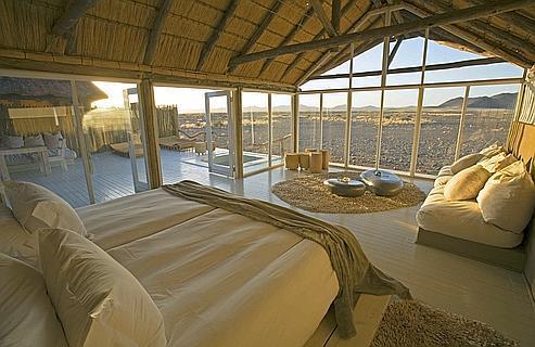 Près des dunes rouges du Sossusvlei, en Namibie, onze villas aux grandes baies vitrées, toit de chaume et piscine privé, sont implantées en plein désert.